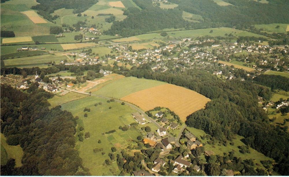 Bild 1990/91 unterer Bildrand: Mücnchhof bis 1923/24 Verwaltungssitz der Gemeinde. Mitte links; Ev Kirche St. Bartholomäus